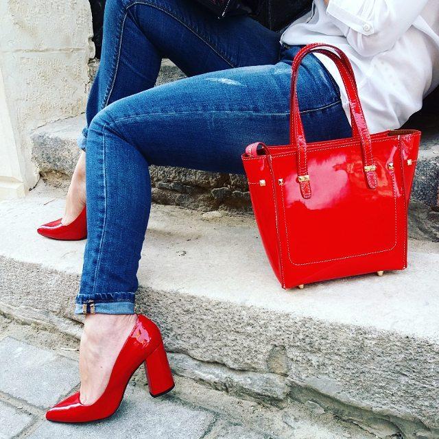 """1db9079fb16d51 ... коліно з червоними туфлями-човниками виглядатиме стримано і елегантно  водночас. Сукня такого фасону підкреслить талію, а """"човники"""" на високих  підборах ..."""