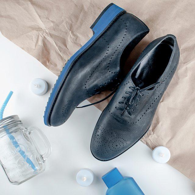 07b848a810372e Монки - зручний варіант для чоловіків, які не люблять возитись зі  шнурівками. Традиційно їх носять з вузькими штанами італійського типу  (довжиною сягають до ...
