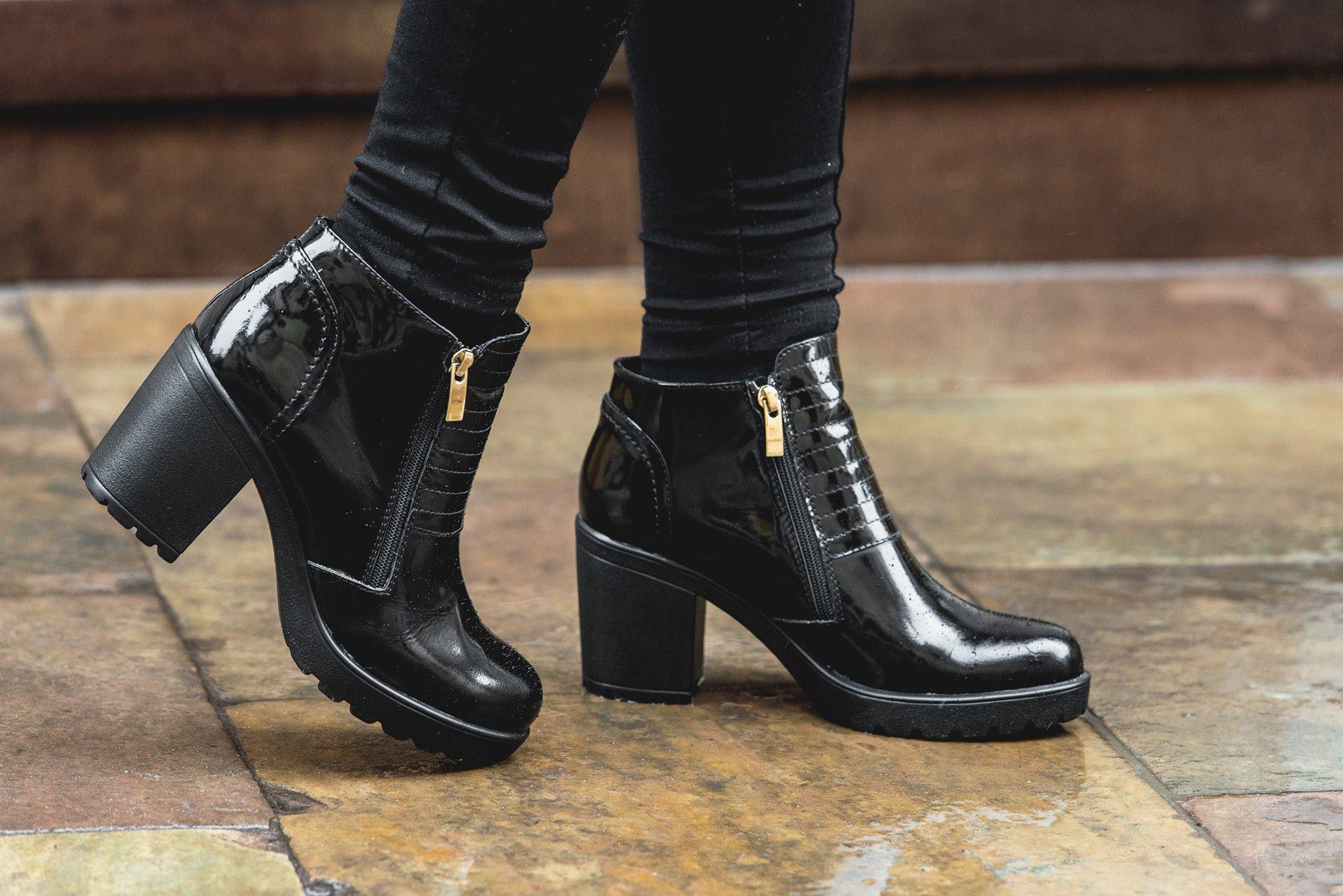 Лаковане взуття дуже вибагливе до погодніх умов. Не варто взувати його у дощову  погоду cbdfcb7f18a5f