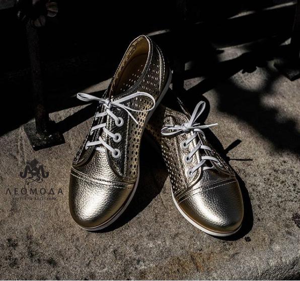 Взуття з таким декором також тепер у тренді. Квітковий принт може бути  присутнім в якості яскравої прикраси на м якій шкірі або у ... 0ae55ee38a43f